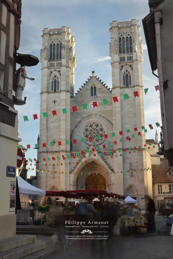 Photographie de la Cathédrale de Chalon-sur-Saône et du marché. Tous droits réservés : Philippe Armanet.