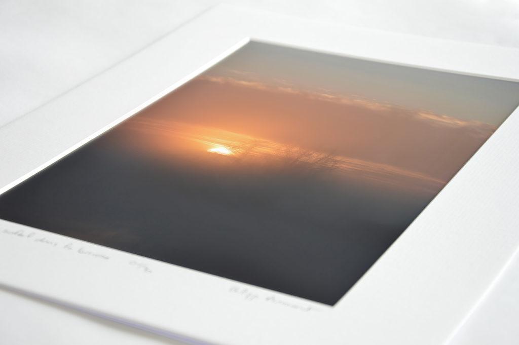 Photo d'un lever de soleil dans la brume