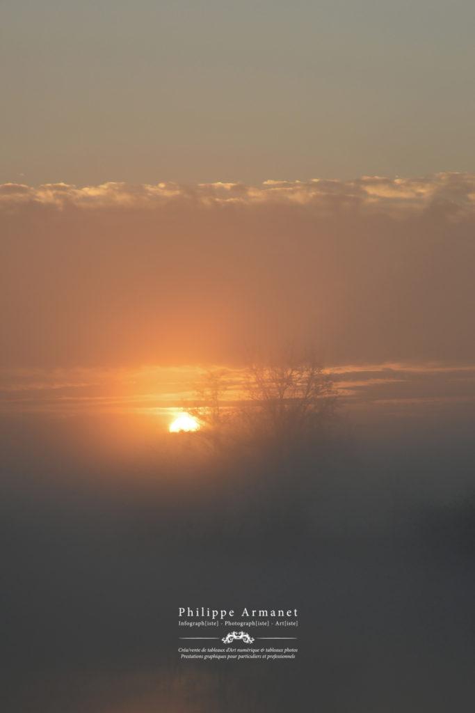 Photographie d'un lever de soleil dans la brume en Saône-et-Loire. Tous droits réservés : Philippe Armanet.